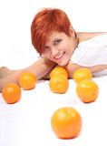 Uma menina bonita com laranja Fotografia de Stock Royalty Free