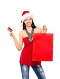 Uma menina bonita do cliente do Natal com um cartão de crédito Fotos de Stock Royalty Free