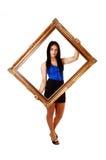 Menina que guardara uma moldura para retrato. imagem de stock royalty free