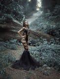 Uma menina bonita em um vestido preto, 'sexy' incomum fotografia de stock royalty free