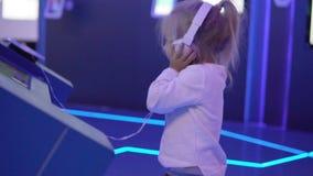 Uma menina bonita está escutando a música nas coleções video estoque