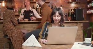 Uma menina bonita moreno que sae do restaurante após ter terminado seu trabalho vídeos de arquivo