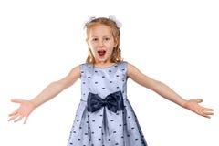 Uma menina bonita pequena em um vestido com uma curva grande Imagem de Stock