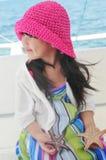 Uma menina bonita que entrega duas estrelas do mar Imagens de Stock