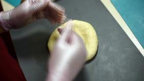 Uma menina bonita que faz um bolo em uma padaria video estoque