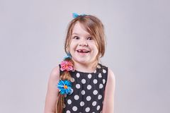 Uma menina bonita, sorrisos surpreendidos um sorriso desdentado foto de stock
