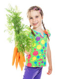 Uma menina bonito com um grupo de cenouras frescas Imagem de Stock Royalty Free