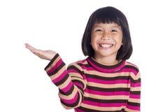 Uma menina bonito nova levanta seus mão e sorriso isolada sobre o branco Fotografia de Stock Royalty Free