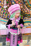 Uma menina bonito olha como o tribo do monte Imagens de Stock