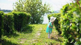 Uma menina bonito pequena está travando uma rede do inseto filme