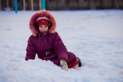 Uma menina bonito que anda no parque da neve Imagens de Stock