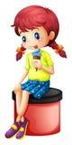 Uma menina bonito que come o gelado Imagens de Stock