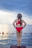 Uma menina caucasiano pequena na plataforma Imagem de Stock Royalty Free