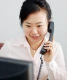 Uma menina chinesa está no telefone Fotografia de Stock Royalty Free