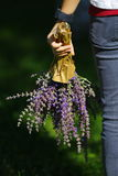 Uma menina com as flores em sua mão Imagem de Stock Royalty Free