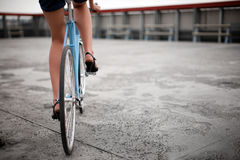 Uma menina com bicicleta azul foto de stock