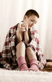 Uma menina com chá bebendo do corte de cabelo curto Fotos de Stock