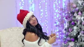 Uma menina com champanhe envia um beijo do ar em um partido video estoque