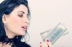 Uma menina com dinheiro Fotos de Stock Royalty Free