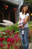 Uma menina com flores Fotos de Stock Royalty Free