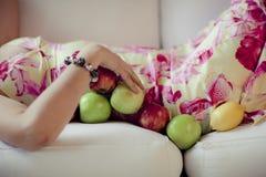 Uma menina com frutos Fotos de Stock