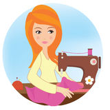 Uma menina com máquina de costura Fotos de Stock Royalty Free