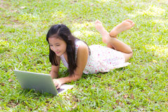 Uma menina com portátil Fotos de Stock Royalty Free