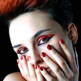 Uma menina com pregos vermelhos Foto de Stock