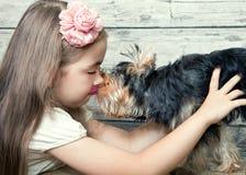 Uma menina com um cão Fotos de Stock Royalty Free
