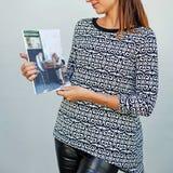 Uma menina com um compartimento nas mãos fotos de stock