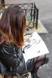 Uma menina com um compartimento nas mãos fotografia de stock royalty free