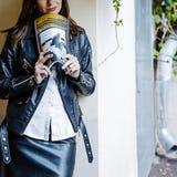 Uma menina com um compartimento nas mãos foto de stock royalty free