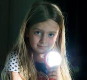 Uma menina com um espelho e o sol, fazendo Sunny Bunny Fundo escuro fotografia de stock royalty free