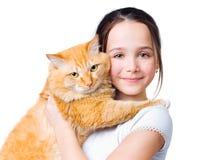 Uma menina com um gato vermelho grande Imagem de Stock