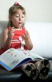 Uma menina com um livro Foto de Stock Royalty Free