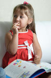 Uma menina com um livro Imagens de Stock
