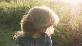 Uma menina com um ramalhete de flores selvagens na floresta para uma caminhada! vídeos de arquivo