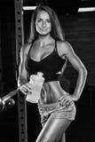 Uma menina com uma garrafa no gym foto de stock royalty free