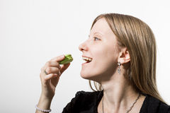 Uma menina come uma cookie Foto de Stock