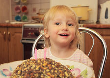 Uma menina comemora o aniversário Fotografia de Stock Royalty Free