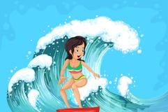 Uma menina corajoso que surfa Foto de Stock Royalty Free