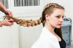 Uma menina da trança do weave imagens de stock royalty free