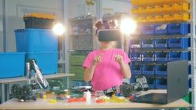 Uma menina datilografa no ar em 360 vidros de VR, fim acima vídeos de arquivo