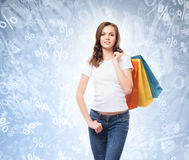 Uma menina de compra nova, atrativa e feliz Fotos de Stock Royalty Free