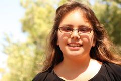 Uma menina de sorriso dos anos de idade 13 Imagem de Stock Royalty Free