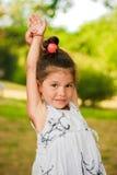 Uma menina de sorriso em um parque do verão Imagem de Stock