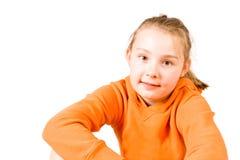Uma menina de sorriso em uma laranja   Fotos de Stock Royalty Free
