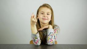 Uma menina do doce gesticula com a mão - vinda aqui filme