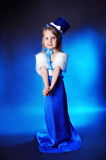 Uma menina do fairy-tale está na obscuridade - azul imagens de stock royalty free