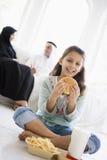Uma menina do Oriente Médio que aprecia o fast food fotografia de stock